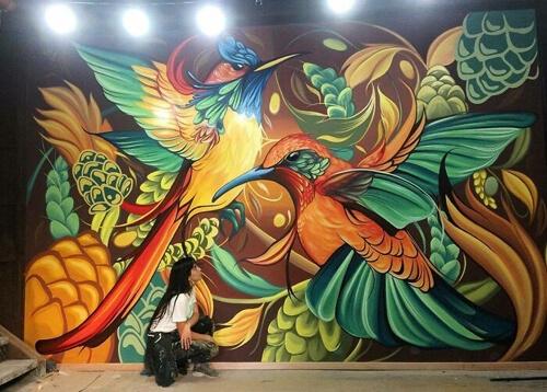 Художница оживляет скучные улицы красочными фресками