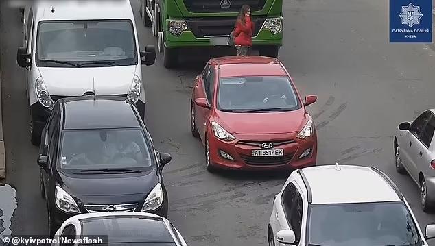 Шокирующий момент женщина, отвлекшаяся на свой мобильный телефон в Киеве, была сбита бетономешалкой при переходе дороги