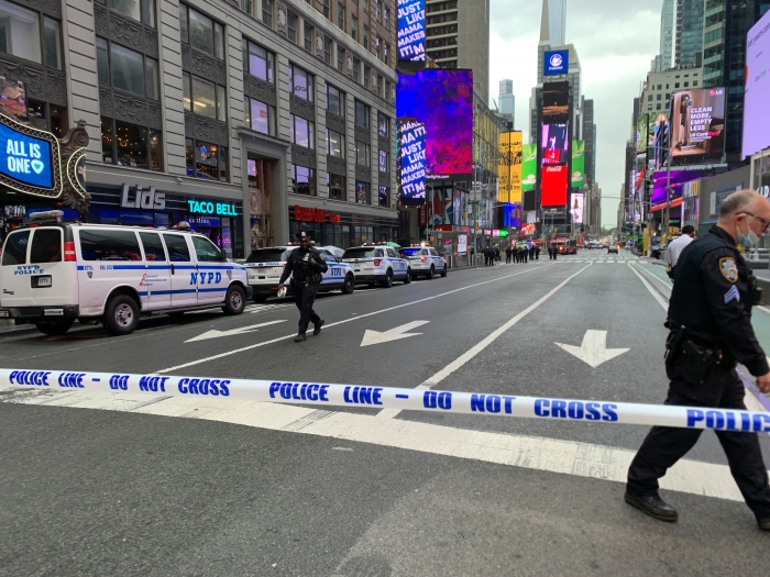 Полиция Нью-Йорка объявила в розыск боевика, застрелившего двух случайных прохожих и четырехлетнюю девочку на Таймс-сквер