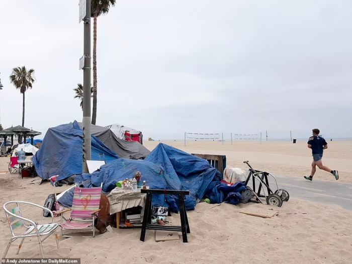 Калифорнийский Венис-Бич превратился в горячую точку из-за бездомных в палатках, преступлений, вытесняющих обычных людей