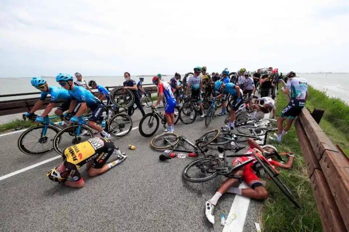 Гонка Джиро д'Италия была остановлена. Прибыли машины скорой помощи на место происшествия, а 4 велосипедиста вынуждены были прервать гонку