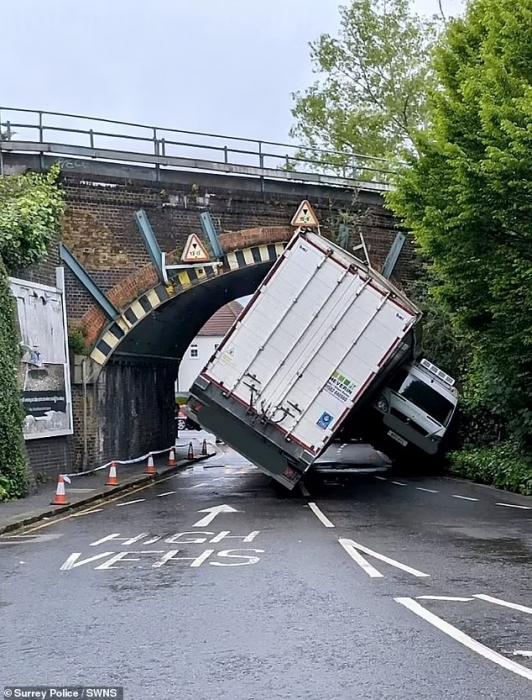Полиция разрешила показать видео, где грузовик врезается в мост и почти раздавливает фургон, а большинство людей обвиняют другого водителя