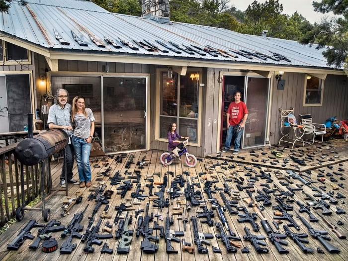 Сейчас в Америке оружия больше, чем людей. Посмотрите на картинки из новой книги, где любители оружия показывают свои арсеналы