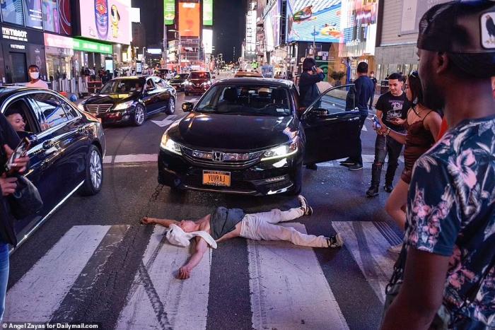 После Ковид-19 в Нью-Йорке появилось много бездомных, ненормальных людей и преступников. Патриоты города утверждают, что «корабль утонул»