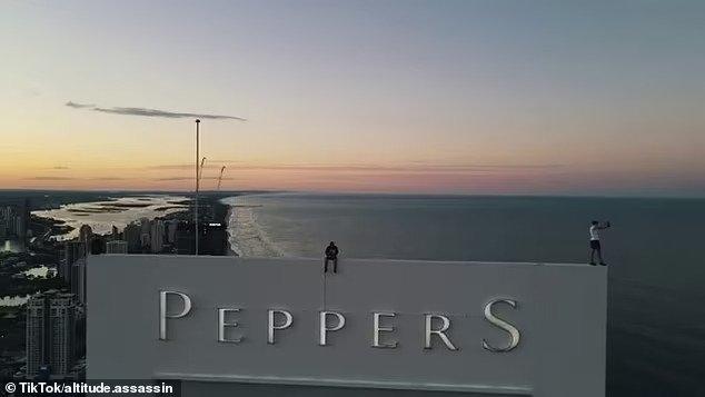 Смельчаки рискуют жизнью, снимая себя в фильмах на крышах небоскребов - в то время как полицейские пытаются выследить этих молодых людей