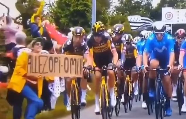 Бойня на Тур де Франс. Зрительница вызвала массовую аварию, высунув свой плакат перед набирающим скорость гонщиком