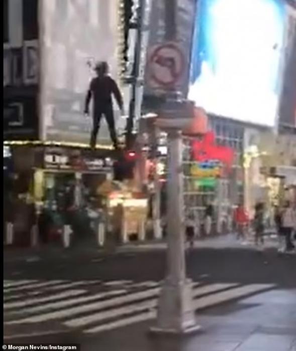 Невероятное видео показывает мужчину, летающего над Таймс-сквер в Нью-Йорке на реальном ховерборде. Многие сравнивают его с Человеком-пауком