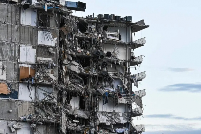 Беременная англичанка, её маленькая дочь и муж пропали без вести среди 99 пострадавших при обрушении здания в Майами