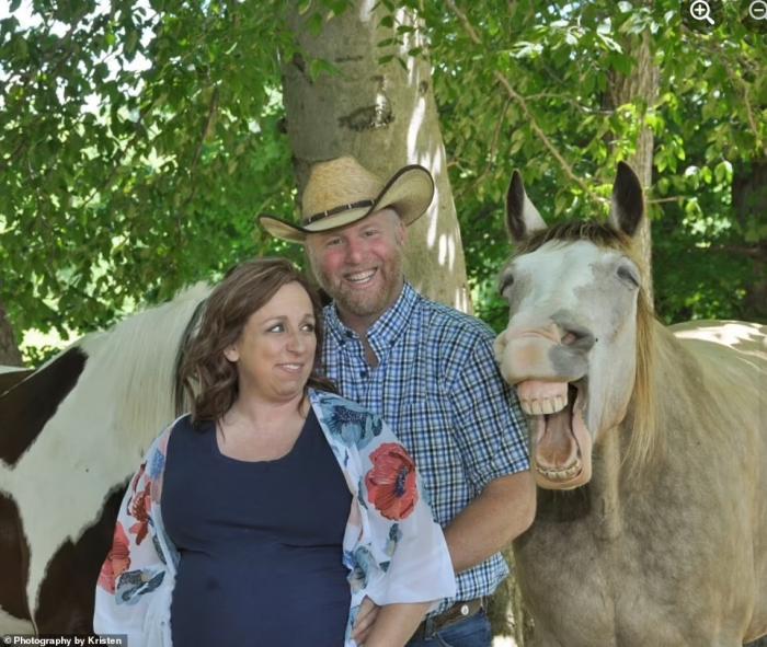 Пара заразилась смехом от своей смеющейся лошади, когда они фотографировались во время беременности