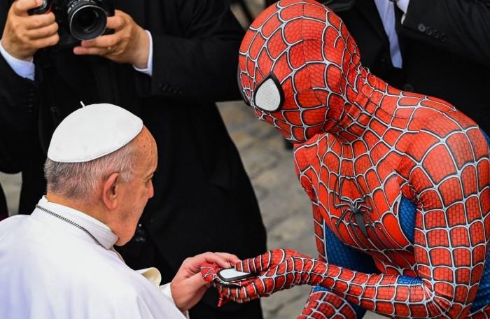 Римский папа Франциск встретил «супергероя» в костюме Человека-Паука в Ватикане