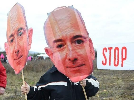 Появились тысячи петиций за то, чтобы Джеффу Безосу запретили возвращаться на Землю