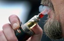 Курильщиков, переходящих на электронные сигареты, «в два раза чаще разбивает инсульт», предупреждает исследование