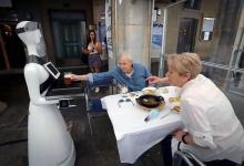 Бар взял на работу робота-официанта, чтобы обслуживать и принимать заказы во время пандемии Covid-19