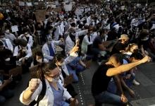 В Нью-Йорке врачи вышли на улицы поддержать протестующих