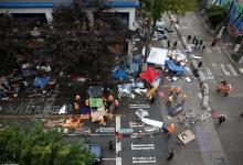 Рабочих оставили убирать огромные кучи мусора и палатки, оставленные протестующими в Сиэтле