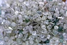 Эксперимент по моделированию условий на двух планетах показал, что под высоким давлением под поверхностью образуются алмазы, которые скапливаются в их ядрах