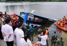 Автобус упал с моста в воду убив 21 человека после того, как свернул на шесть полос движения