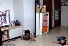 Отец-супермен прыгает, чтобы остановить падающее большое зеркало на его маленькую дочь