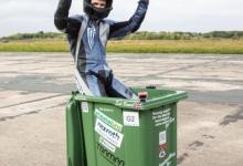 Чокнутый инженер побил мировой рекорд, превысив скорость 40 миль в час в мусорном ведре на колесах