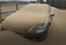Песчаная буря обрушилась на Норфолк! Машины, улицы и дома в приморской деревне покрыты толстым слоем песка. Сильный ветер дует с пляжа