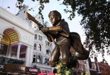 В столице Англии Лондоне поставили памятник Гарри Поттеру