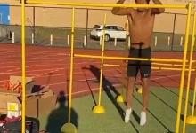 Внимание! Университетский спортсмен легко перепрыгивает препятствие высотой чуть больше 1,5 метра