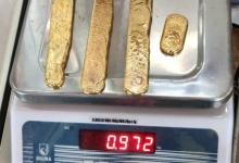 Персонал аэропорта заметил, что мужчина «странно ходит», а потом нашли почти 1 кг золота в его прямой кишке