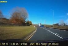 Шокирующий момент автобус врезается во внедорожник после того, как водитель автомобиля выезжает перед автобусом
