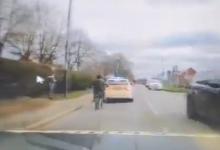 Мотоциклист врезается в полицейскую машину, перелетает через руль, так как не смог остановиться