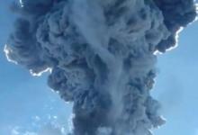 Индонезийский вулкан неожиданно начал извергаться. Тысячи людей бегут, а извергаемый пепел поднимается в небо