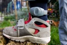 По плану против Ковид-19 чиновники Англии хотят заставить прибывших в аэропорт пассажиров носить электронные браслеты