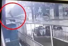 Девочка двух лет выжила, упав с балкона 12-го этажа во Вьетнаме. Её поймал водитель доставки