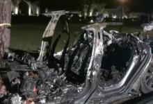 Автомобиль Тесла в момент аварии убил двоих человек. Машина была на автопилоте, а за рулем никого не было. Тесла врезалась в дерево и загорелась