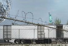 Сотни трупов умерших от коронавируса около года хранятся в рефрижераторах напротив статуи Свободы