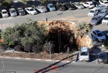 Момент, когда огромная воронка открывается и поглощает три машины на стоянке в иерусалимской больнице после того, как во время строительства рухнул туннель шоссе