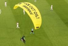 Активист Гринпис приземлился с парашютом на поле перед матчем Франция — Германия