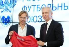 Вручение футболки, подписание контракта и вопрос о Дзюбе: Карпина официально назначили главным тренером сборной России