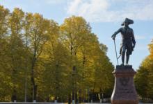 В музеях-заповедниках Петербурга начали готовить скульптуры к зимнему сезону